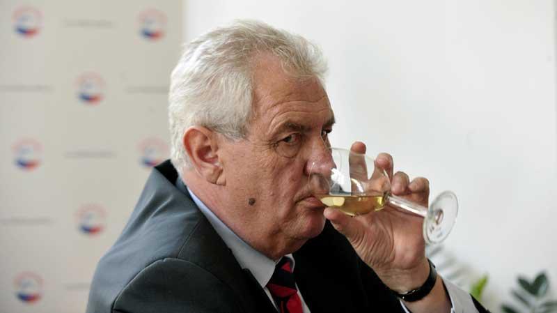 milos-zeman-drinks